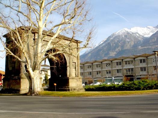 Arco di Augusto con montagne innevate. Città di Aosta, Italia