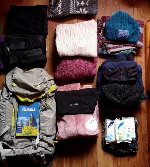 Abbigliamento pronto per essere messo in valigia prima del viaggio in Russia