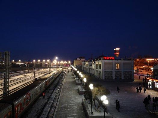 Arrivo di mattina presto alla stazione ferroviaria di Cita, Russia