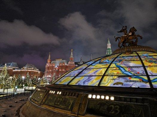 Mappa della Russia con San Michele in primo piano, in lontananza il museo di Storia della città di Mosca